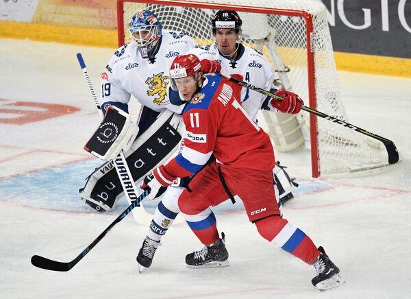 Форвард сборной России Сергей Андронов (на первом плане) и защитник сборной Финляндии Сами Лепистё (на втором плане)