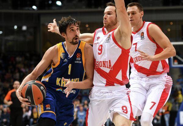 Баскетболисты Басконии Йоханнес Фойгтман и Марселиньо Уэртас и защитник Химок Алексей Швед (справа налево)