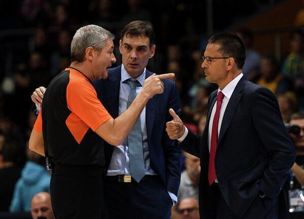 Главный тренер Баскония Педро Мартинес и главный тренер БК Химки Георгиос Барцокас (справа налево)