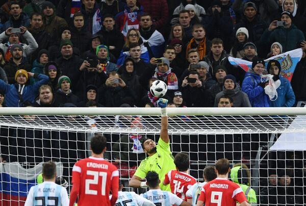 Вратарь сборной Аргентины Серхио Ромеро (в центре на дальнем плане)