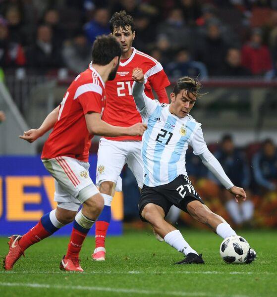 Нападающий сборной Аргентины Пауло Дибала и полузащитник сборной России Александр Ерохин (слева направо)