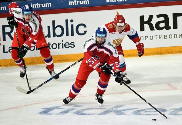 Нападающий сборной России Кирилл Капризов и хоккеисты сборной Чехии Роман Горак и Давид Немечек (справа налево)