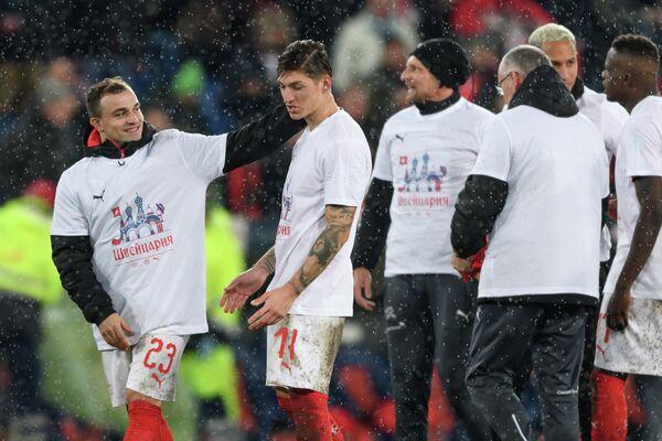Полузащитники сборной Швейцарии Джердан Шакири и Кристиан Цубер (первый и второй слева) в футболках с надписью на русском языке