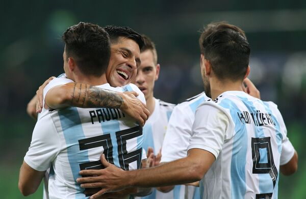 Футболисты сборной Аргентины радуются забитому голу