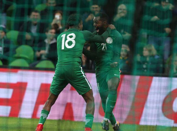 Футболисты сборной Нигерии Алекс Ивоби и Брайан Идову (слева направо) радуются забитому голу
