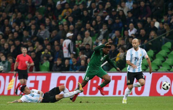 Хавбек сборной Аргентины Энцо Перес и форвард сборной Нигерии Алекс Ивоби (слева направо)