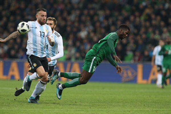 Защитник сборной Аргентины Николас Отаменди и форвард сборной Нигерии Келечи Ихеаначо (справа)
