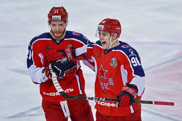 Нападающие ЦСКА Михаил Григоренко (слева) и Андрей Кузьменко радуются заброшенной шайбе