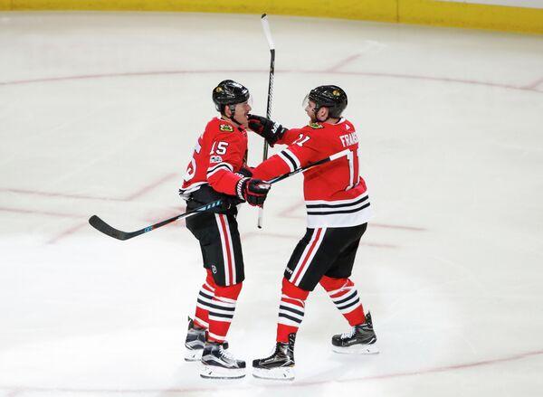 Хоккеисты Чикаго Блэкхокс Артем Анисимов (слева) и Коди Фрэнсон