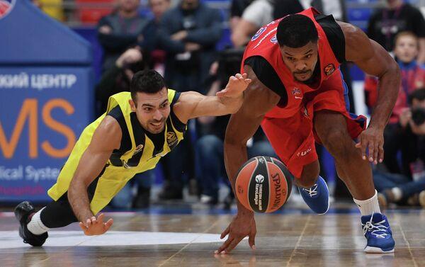Защитник Фенербахче Костас Слукас (слева) и центровой ЦСКА Кайл Хайнс