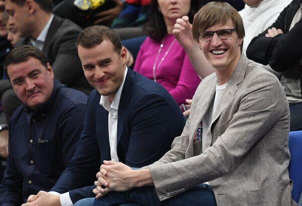 Президент Российской федерации баскетбола Андрей Кирилленко (справа)