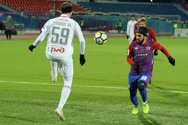 Защитник СКА-Хабаровска Георгий Наваловский (справа) и полузащитник Локомотива Алексей Миранчук