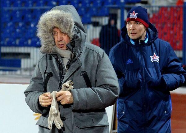 Главный тренер Локомотива Юрий Сёмин (слева)