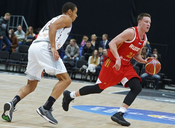 Форвард сборной Бельгии Жан Салуму (слева) и защитник сборной России Дмитрий Кулагин