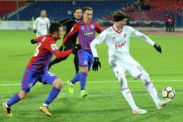 Хавбек СКА-Хабаровска Александр Черевко (слева) и полузащитник Локомотива Алексей Миранчук (справа)