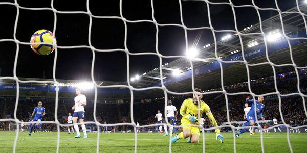 Игровой момент матча чемпионата Англии по футболу Лестер - Тоттенхэм