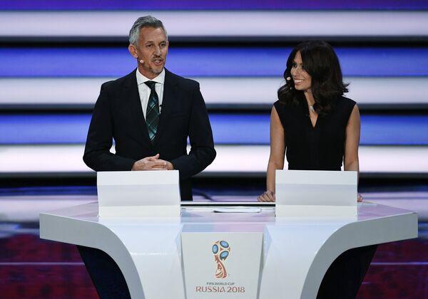 Ведущие церемонии английский футболист Гари Линекер и журналистка Мария Командная на официальной жеребьевке чемпионата мира-2018 по футболу