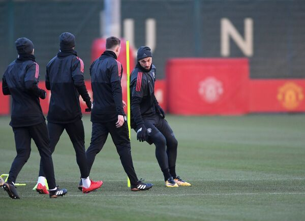 Нападающий Манчестер Юнайтед Златан Ибрагимович (справа)