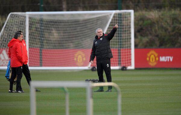 Главный тренер Манчестер Юнайтед Жозе Моуринью (справа)