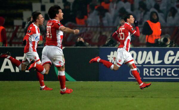 Футболисты Црвены Звезды Славолюб Срнич, Филип Стойкович и Бранко Йовичич (слева направо) радуются забитому мячу