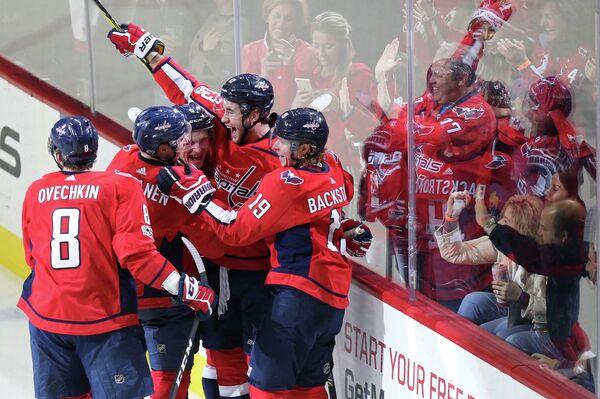 Хоккеисты клуба НХЛ Вашингтон Кэпиталз (слева - Александр Овечкин)