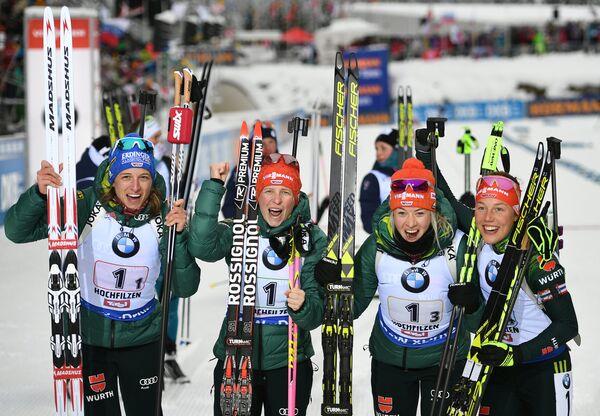 Биатлонистки сборной Германии Ванесса Хинц, Франциска Хильдебранд, Марен Хаммершмидт и Лаура Дальмайер (слева направо)