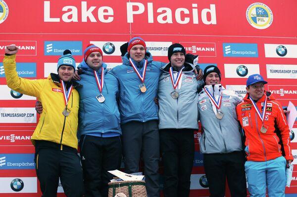 Роман Репилов (третий слева) и Семен Павличенко (второй слева) на подиуме этапа Кубка мира в США