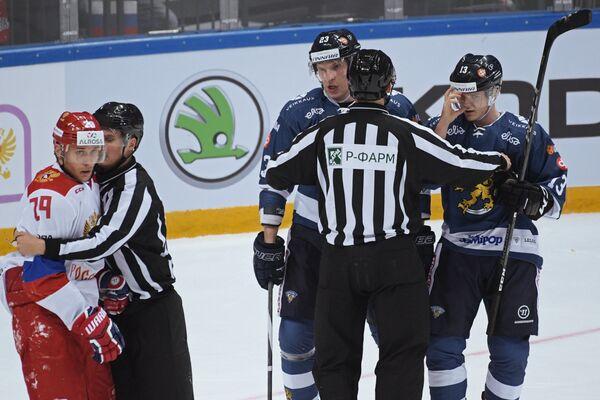 Хоккеисты сборной России Илья Каблуков (слева), сборной Финляндии Йоонас Кемппайнен и сборной Финляндии Юлиус Юнттила (справа)