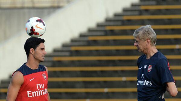 Испанский специалист Микель Артета и главный тренер лондонского Арсенала Арсен Венгер (слева направо)