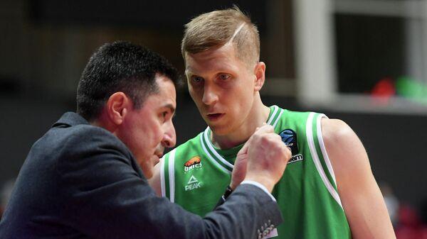 Защитник БК УНИКС Евгений Колесников (справа) и главный тренер БК УНИКС Димитрис Прифтис