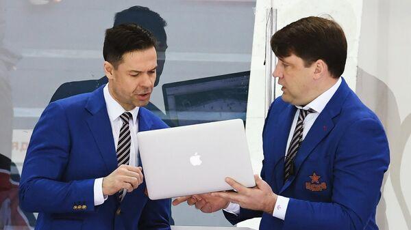 Тренеры ПХК ЦСКА Альберт Лещёв (слева) и Владимир Чебатуркин