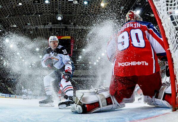 Нападающий ХК Металлург Денис Платонов (слева) и вратарь ПХК ЦСКА Илья Сорокин