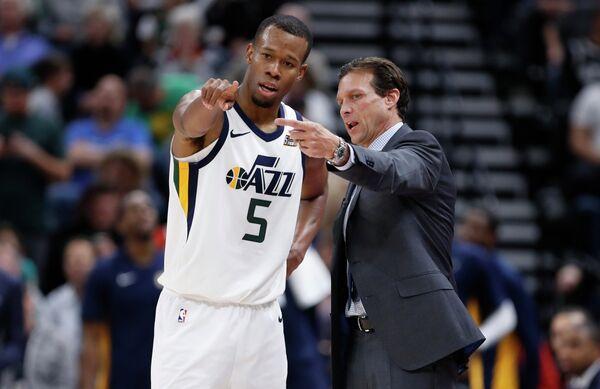 Защитник клуба НБА Юта Джаз Родни Худ и главный тренер команды Квин Снайдер (слева направо)