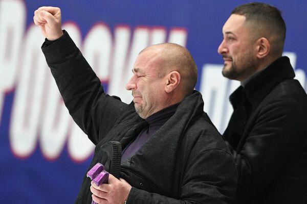 Тренер Александр Жулин (слева)