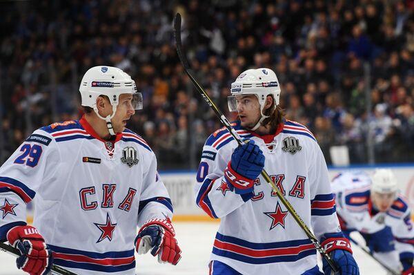 Нападающие ХК СКА Илья Каблуков (слева) и Виктор Тихонов