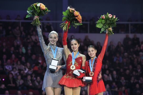 Мария Сотскова, Алина Загитова и Алёна Косторная (слева направо)