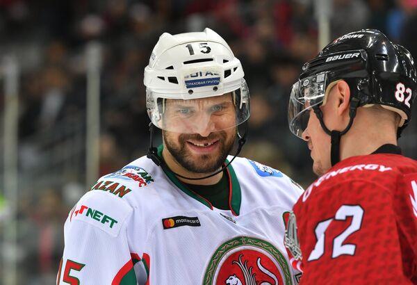 Нападающий Ак Барса Александр Свитов (слева) и защитник Авангарда Евгений Медведев