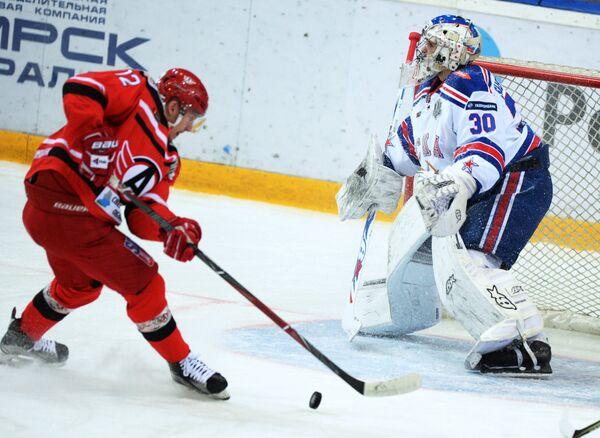 Форвард Автомобилиста Александр Торченюк (слева) и вратарь ХК СКА Игорь Шестеркин