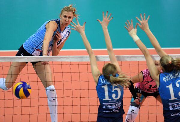 Игрок Динамо-Казань Наталья Маммадова (слева)