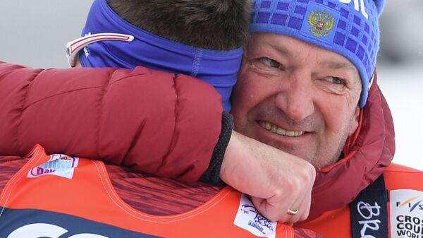Справа налево: тренер сборной России по лыжным гонкам Маркус Крамер поздравляет Сергея Устюгова (Россия)