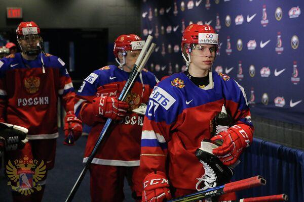 Нападающий молодежной сборной России по хоккею Алексей Полодян (справа)