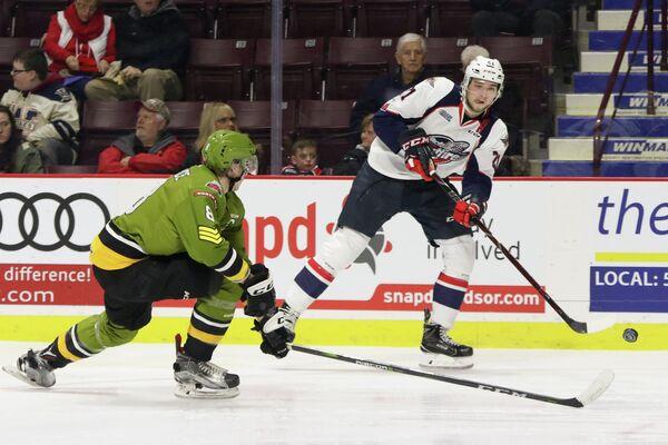 Нападающий молодежной сборной США по хоккею Логан Браун (справа)