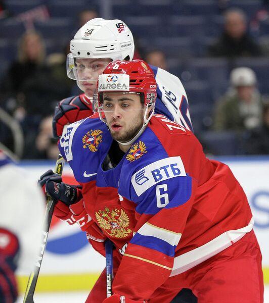 Защитник молодежной сборной России по хоккею Егор Зайцев (на первом плане)