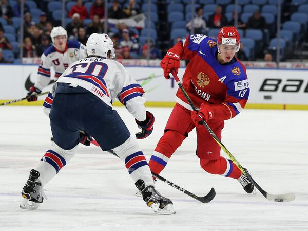 Нападающий молодежной сборной России по хоккею Михаил Мальцев (справа) и защитник молодежной сборной США Эндрю Пик