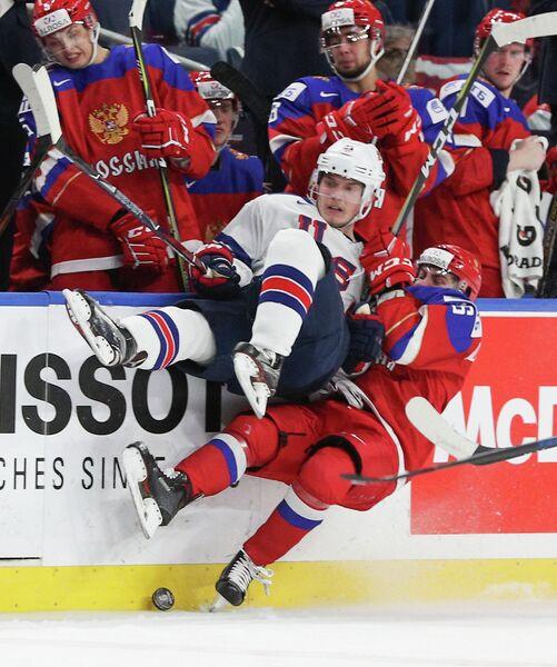Нападающий молодежной сборной России по хоккею Андрей Алтыбармакян и защитник молодежной сборной США по хоккею Райан Линдгрен (на первом плане справа налево)