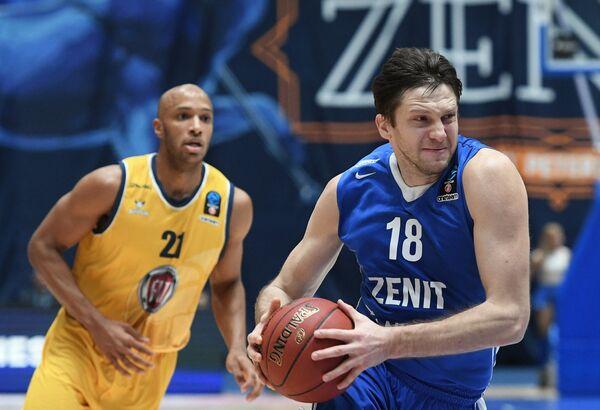 Игрок БК Зенит Евгений Воронов (справа) и игрок БК Фиат Турин Андре Джонс
