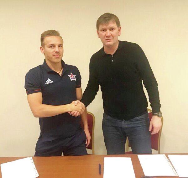 Полузащитник ФК СКА-Хабаровск Дмитрий Кубатов (слева)