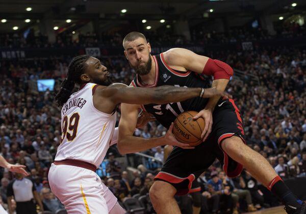 Легкий форвард клуба НБА Кливленд Кавальерс и центровой Торонто Рэпторс Йонас Валанчюнас (слева направо)