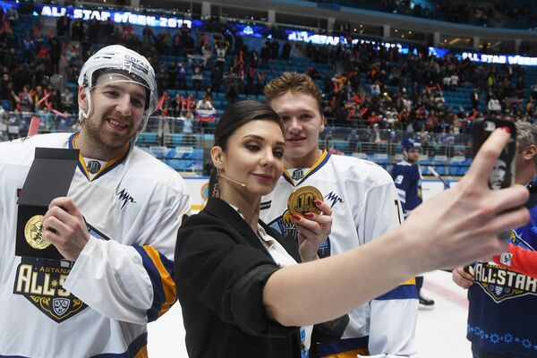 Тренер дивизиона Тарасова Соня Гудим и хоккеисты дивизиона Тарасова Никита Нестеров (слева) и Кирилл Капризов