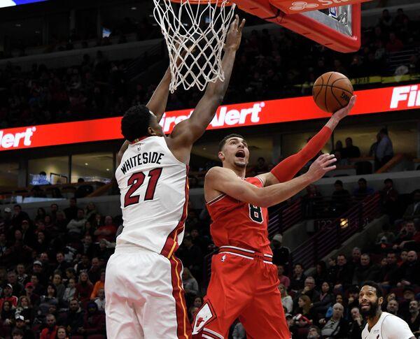 Центровой клуба НБА Майами Хит Хассан Уайтсайд и защитник Чикаго Буллс Зав Лавин (слева направо)